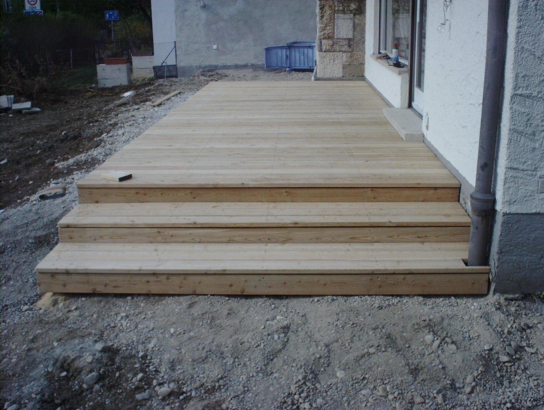 Holzterrasse aus Lärche mit Treppe