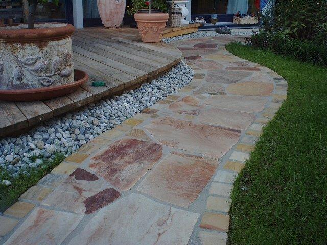 Lärchen-Holzterrasse mit Weg aus Bruchsteinplatten