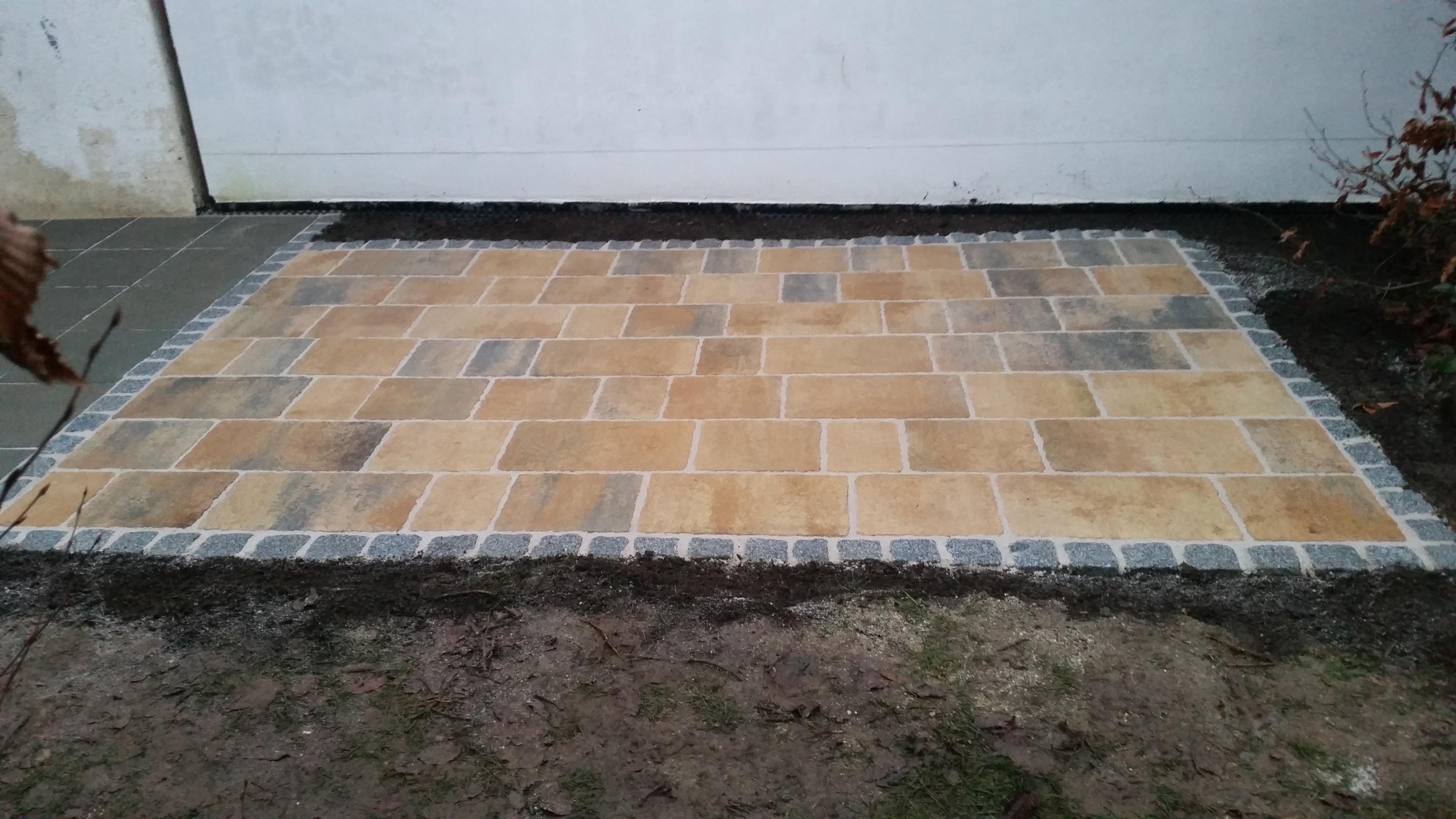 Betonsteine mit Einfassung aus Granitwürfeln