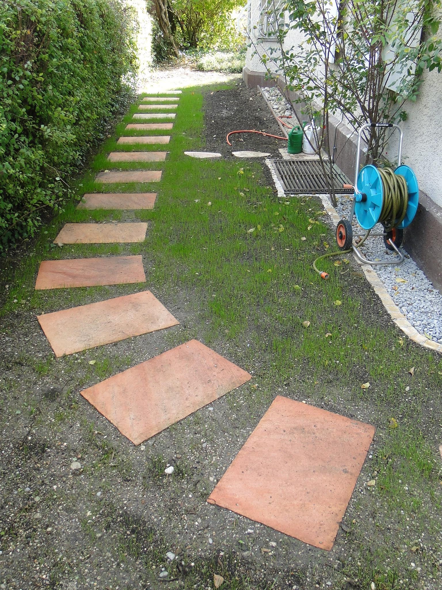Trittplattenweg aus einfachen Betonplatten