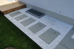 Betonplatten in Zierkies