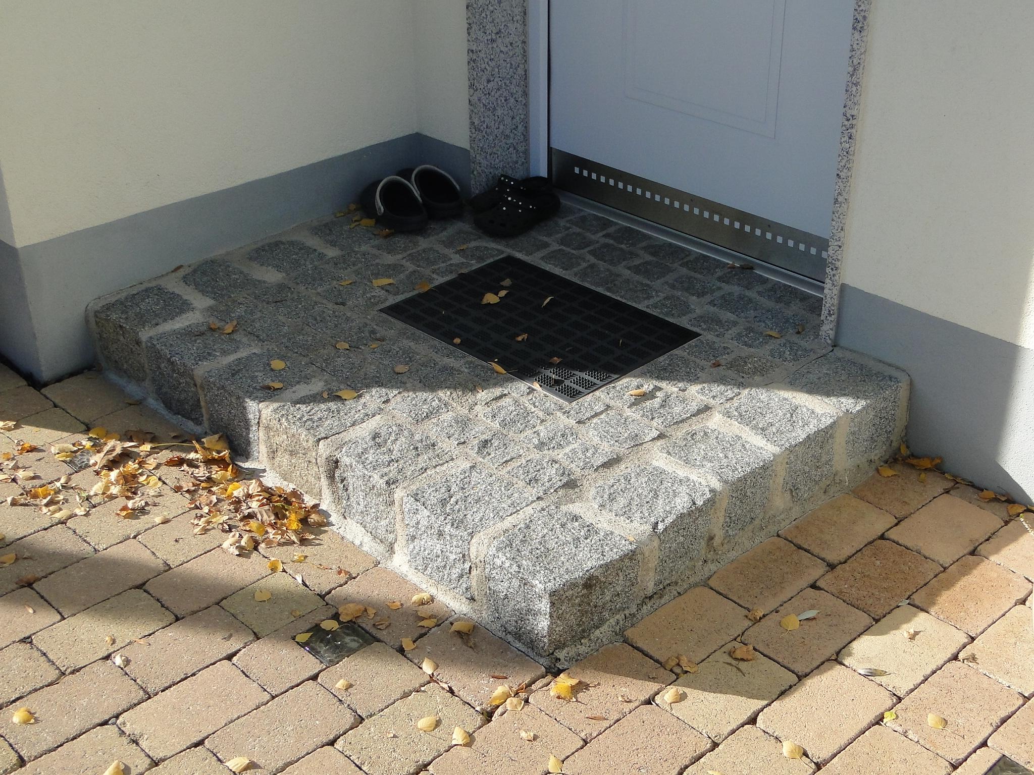 Eingang mit großen Granitsteinen