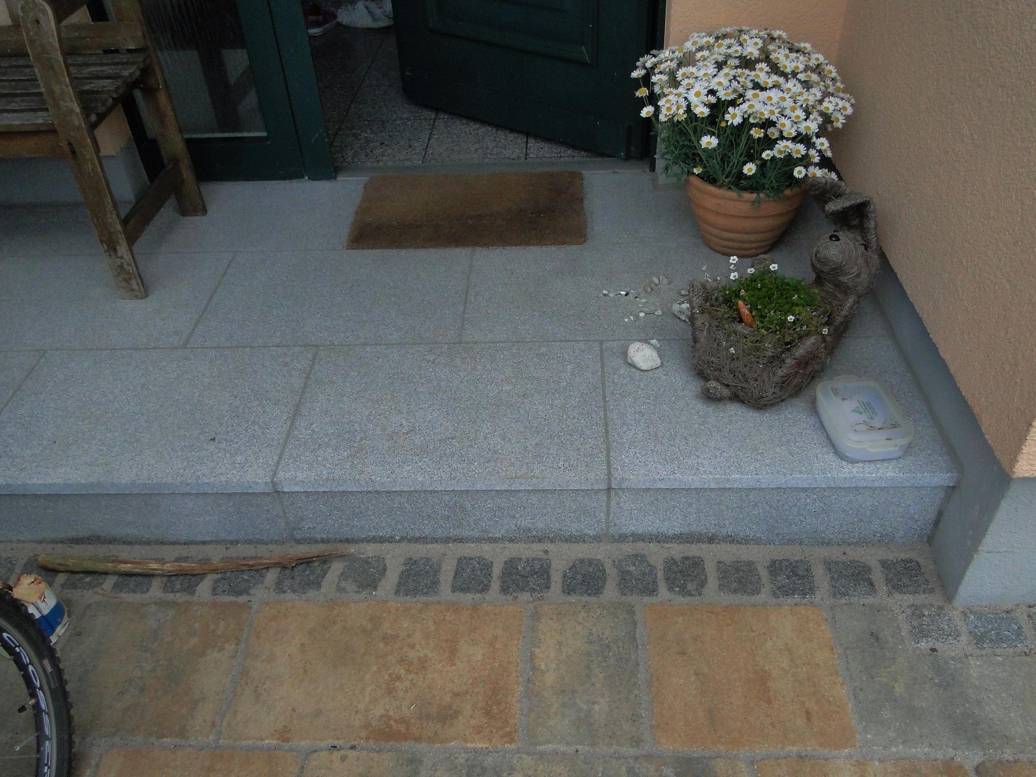 Hauseingang mit Granitplatten