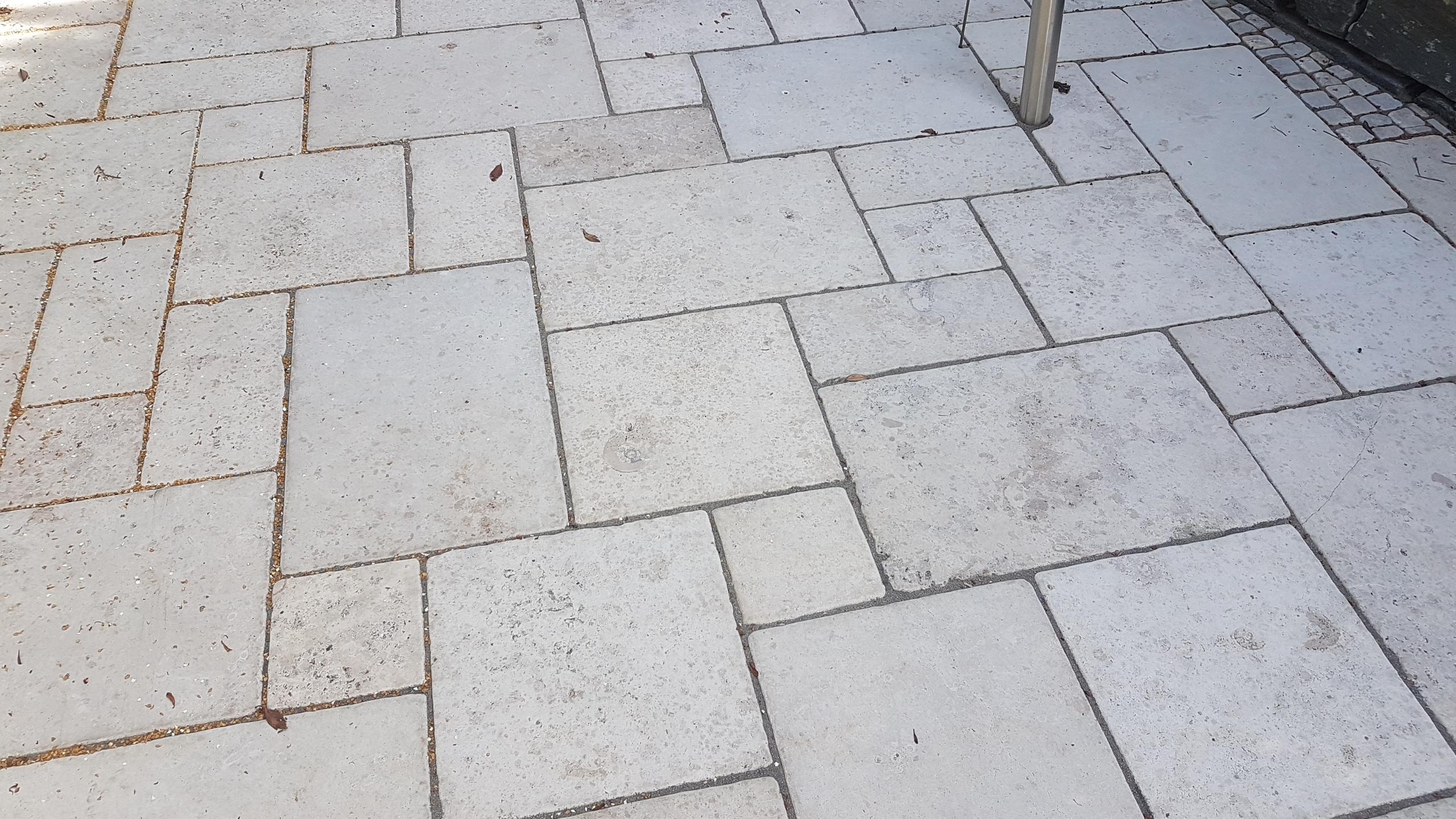 Kalkstein mit Sand-HArz-Gemisch verfugt