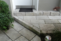 Eingang aus Kalkstein