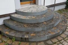 Eingang mit Granitwürfeln und Edelstahlprofilen