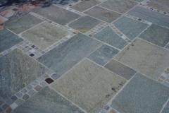 dunkler Granit mit Würfeln