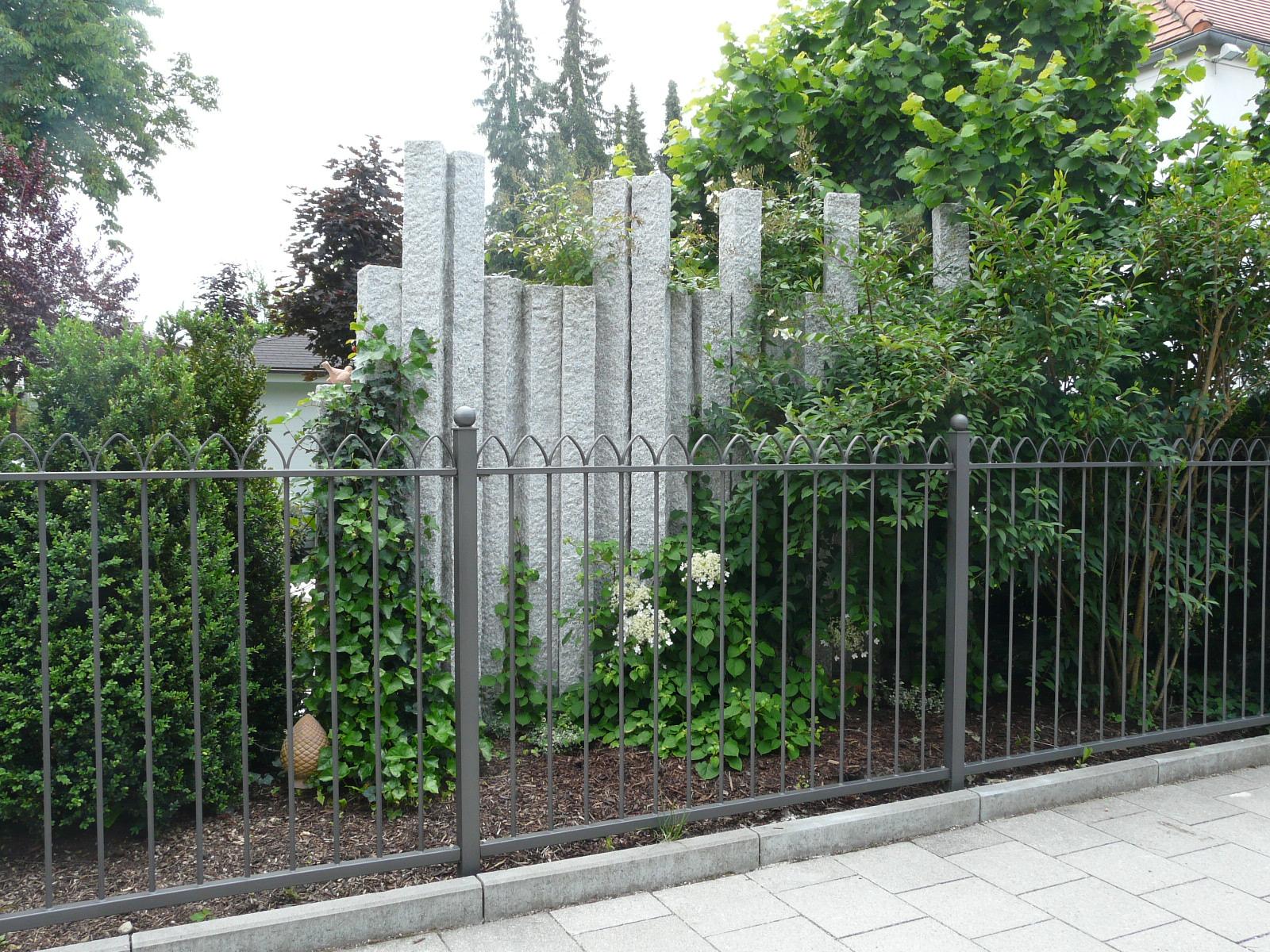 Granitsäulen als Sichtschutz 1