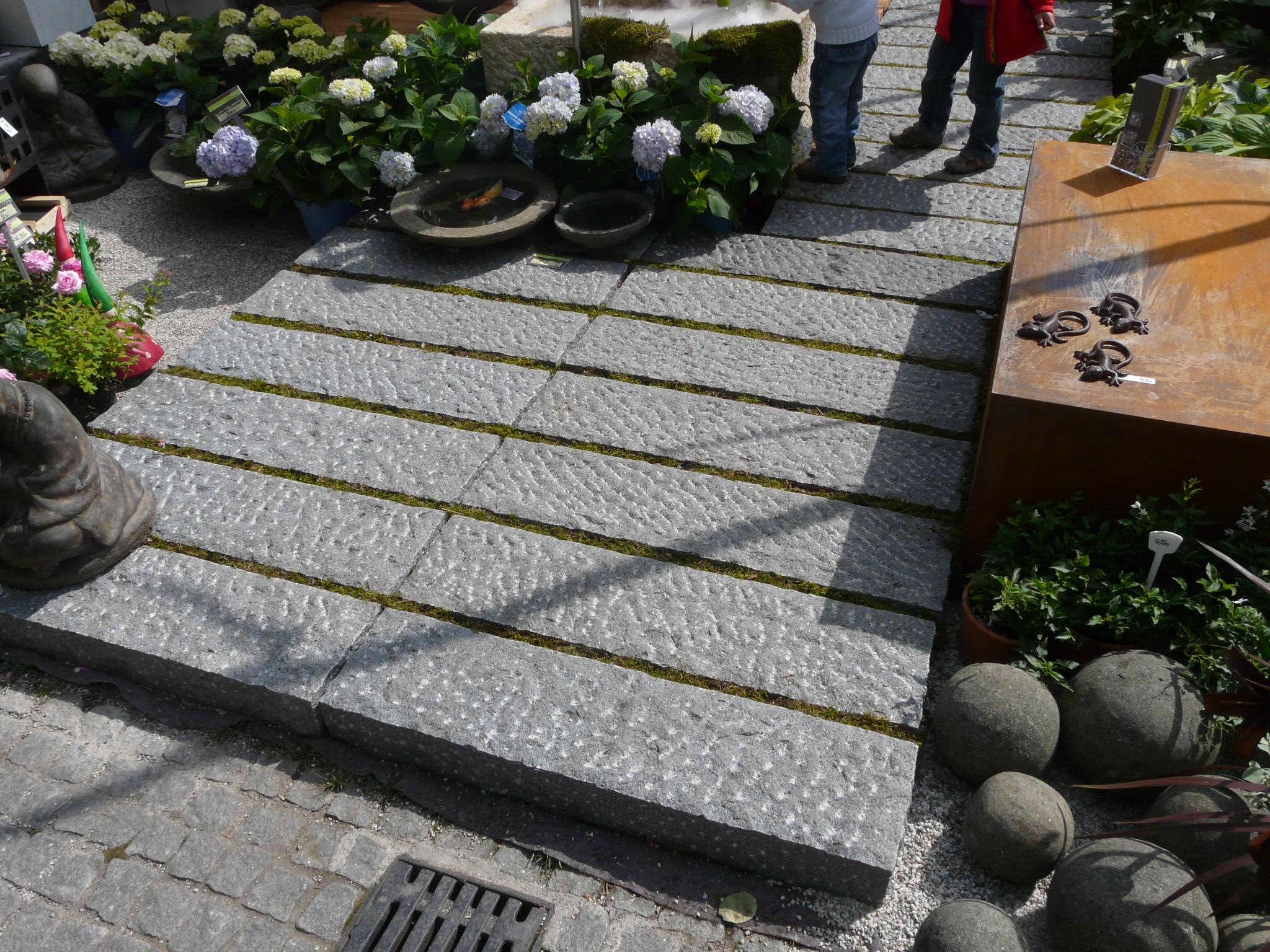 Weg aus Granitbordsteinen