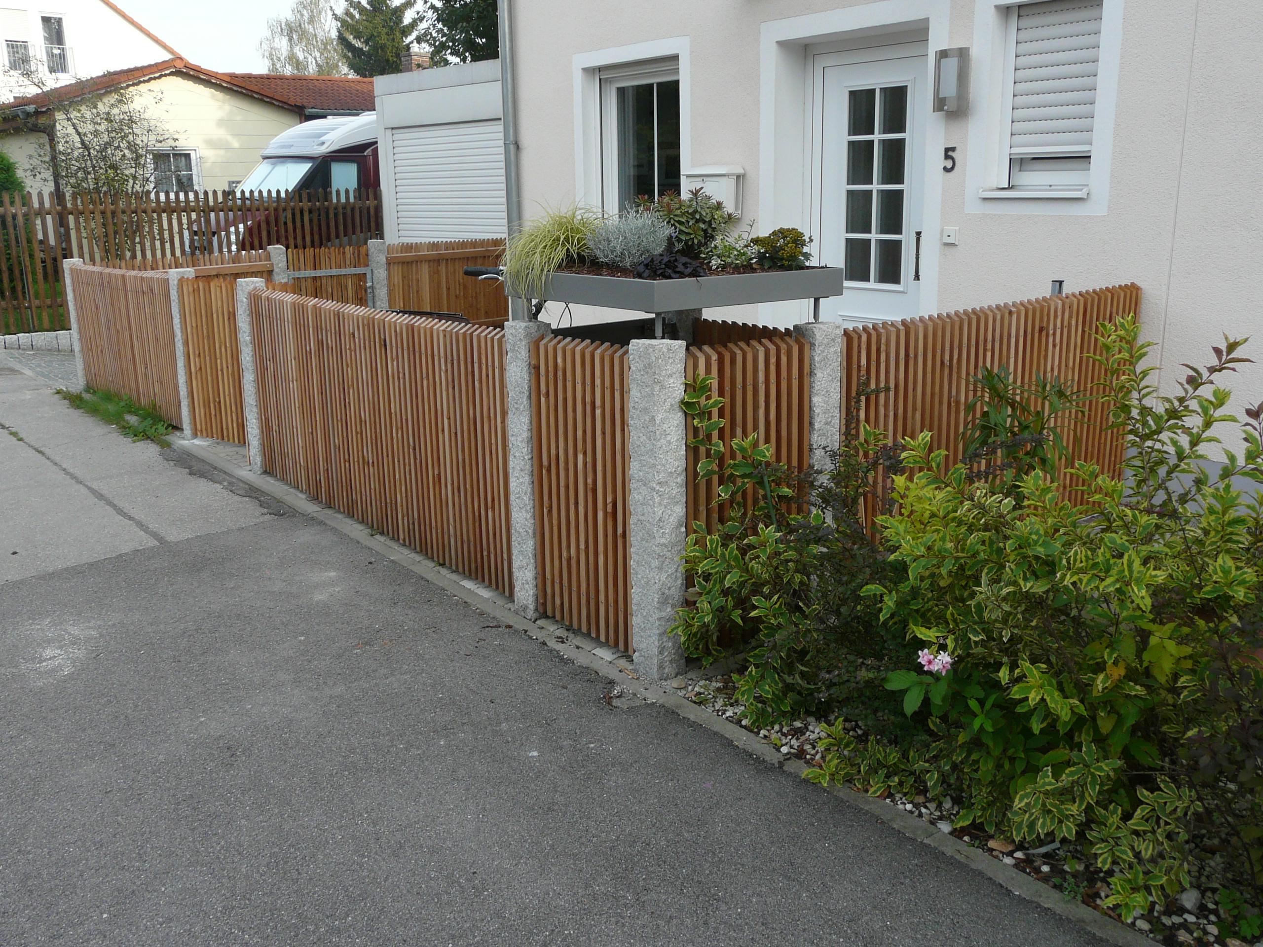 Granitpfosten und Lärchenlatten (1)