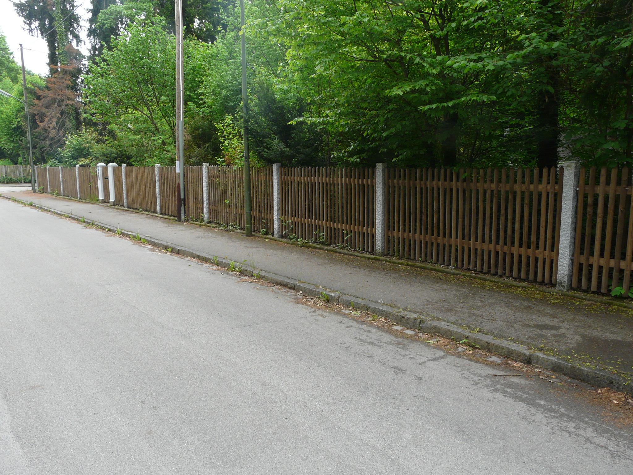 Granitsäulen-Zaun, Schlehbuschstr.  Rieger 002