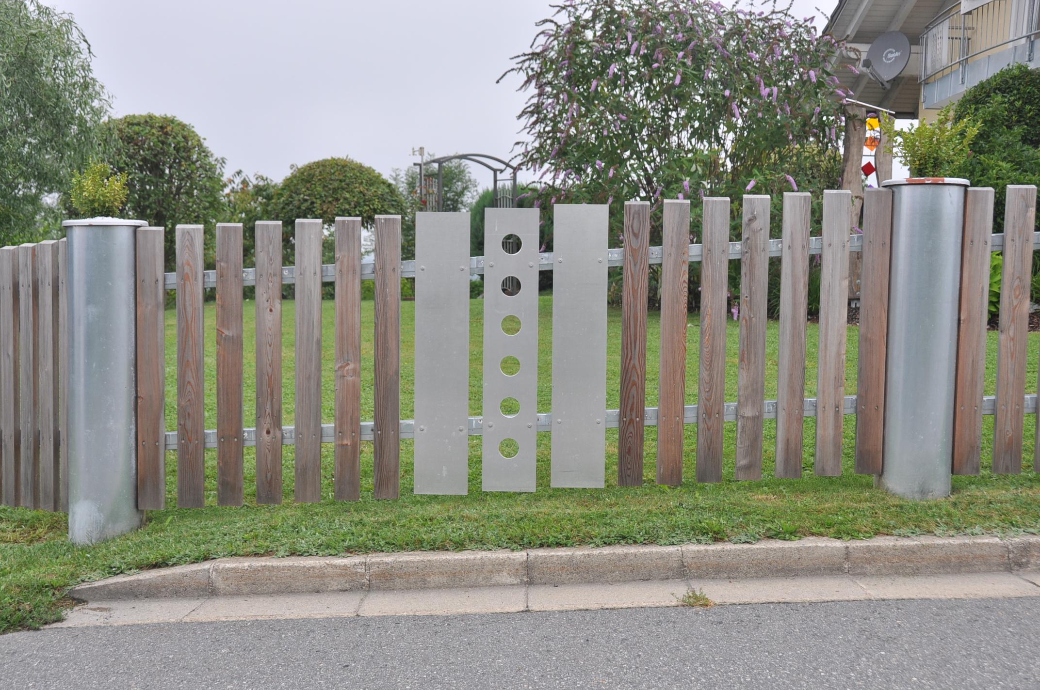 runde Betonpfosten mit Alu- und Holzbrettern (1)